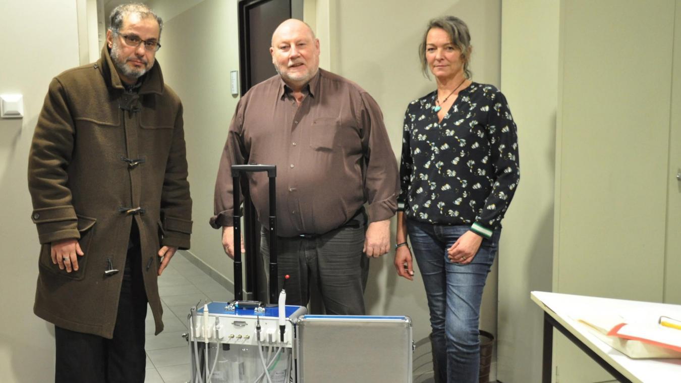 Le D r  Benaissa Kemel, le président Edmond Stawski, la trésorière Laure Boitez, l'unité dentaire mobile.