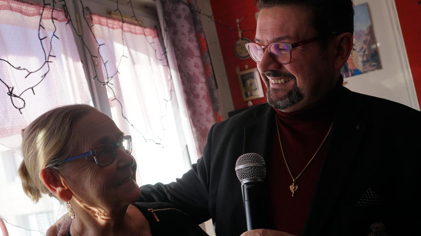 Sylvio Bolinio pousse la chansonnette à Lucienne, sa compagne, en plus de se produire chaque week-end dans le Dunkerquois.