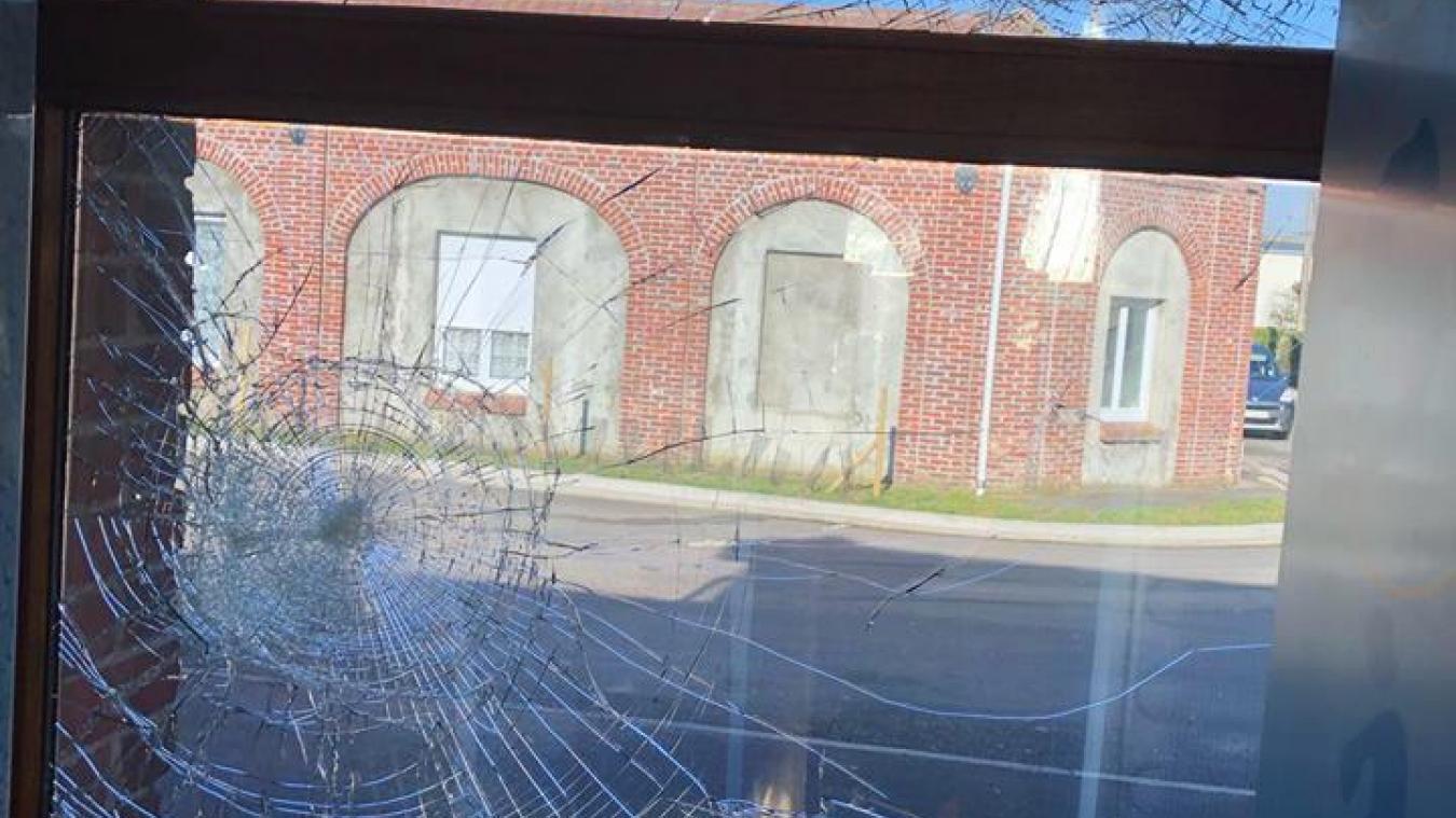 Des pavés ont brisé les vitres du restaurant.