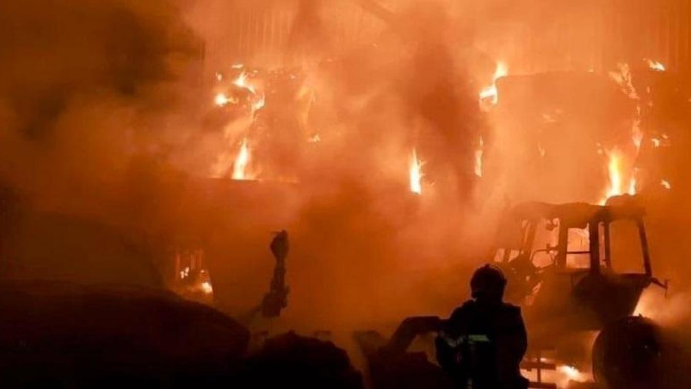 Des habitants d'un lotissement proche de la zone industrielle ont été surpris par la puissance du brasier qui a détruit un véhicule (Photo Archives)