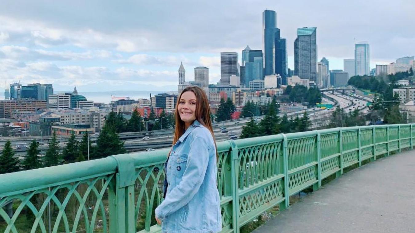 Julie Bonvarlet habite dans l'État de Washington, aux Etats-Unis.