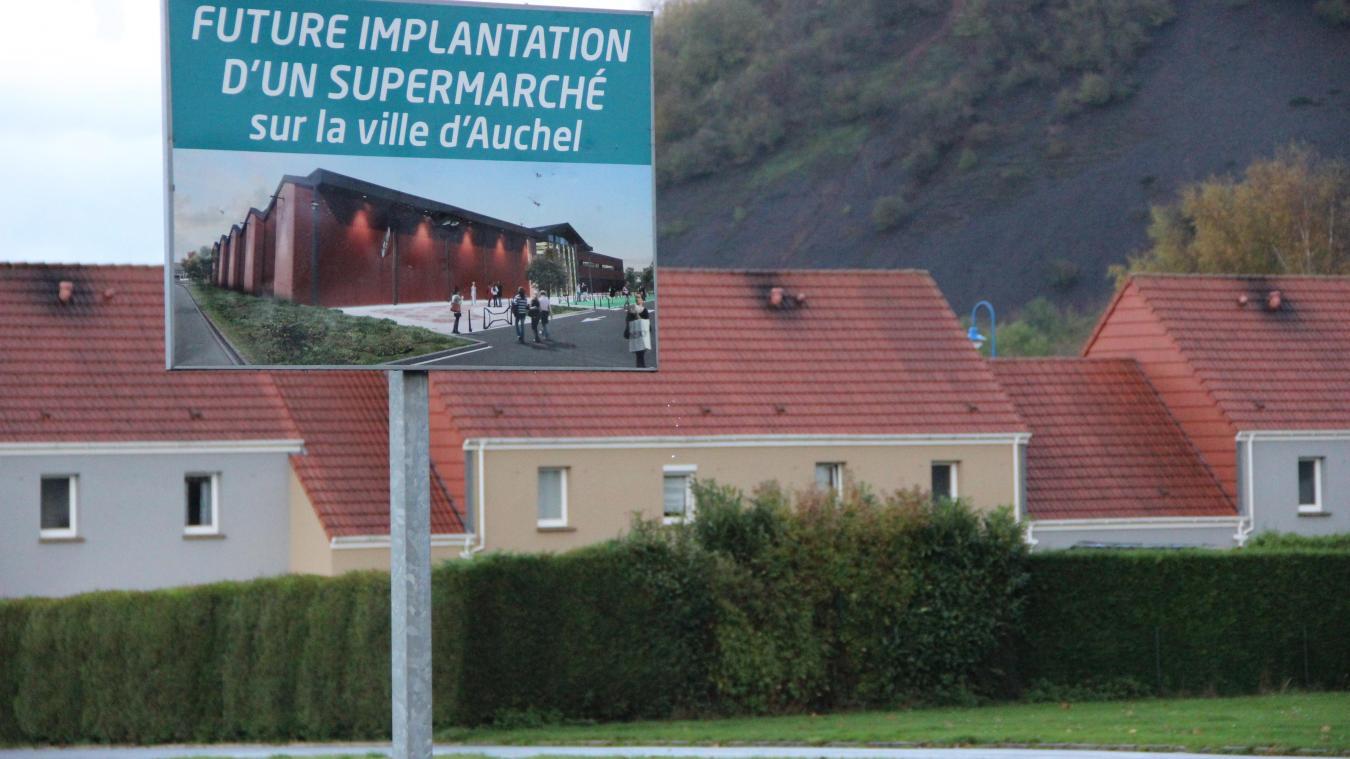 Un panneau indique l'emplacement prochain du Super U sur la Cité 3.