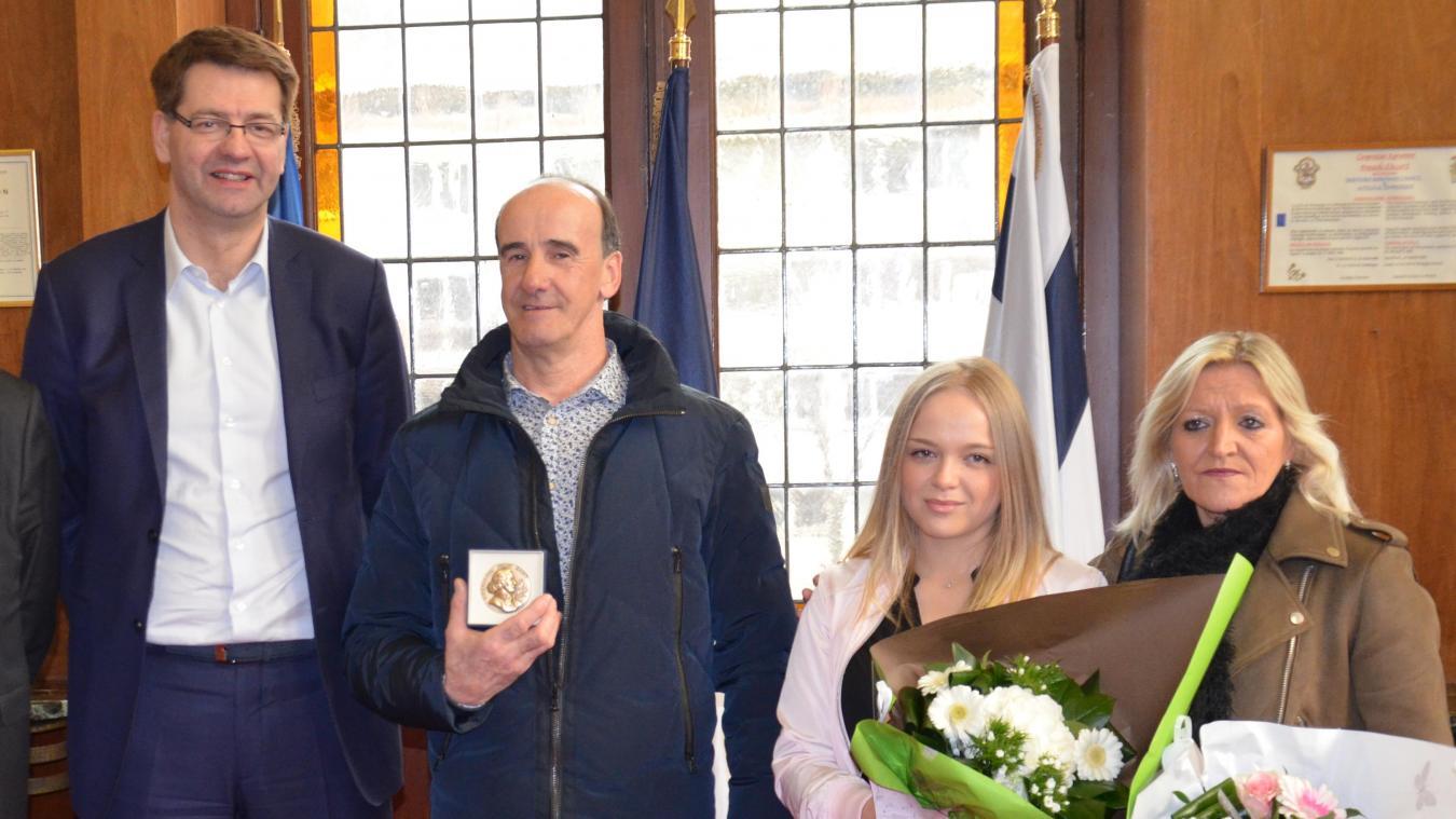 Éric Fouré (au centre) a reçu la médaille de la Ville des mains de Patrice Vergriete, le maire de Dunkerque, ce jeudi 21 février.