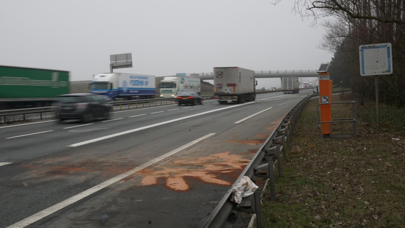 Les véhicules ont percuté les objets placés sur l'autoroute.