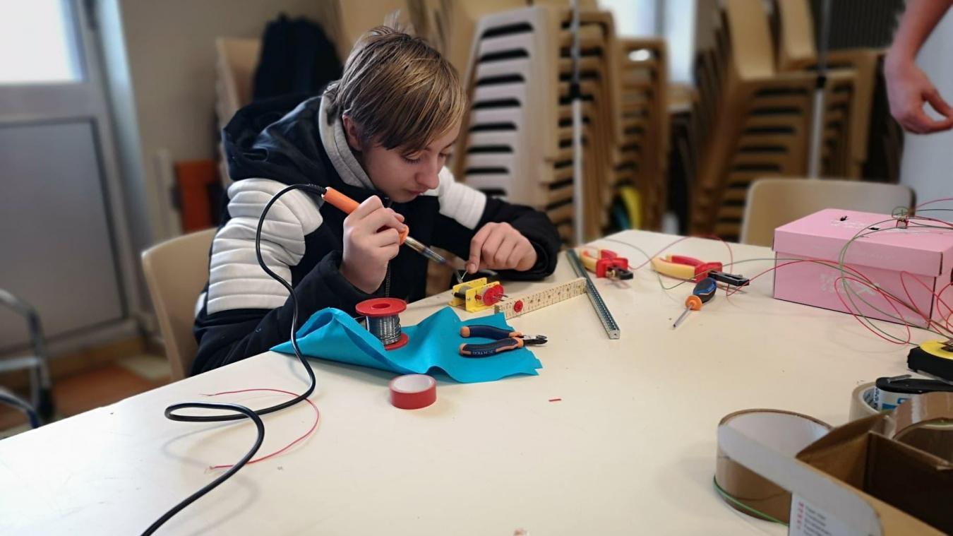 Très concentrés, les jeunes prennent ce projet à cœur, la technologie, c'est leur dada !