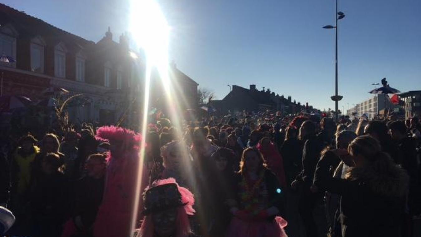 Lors du premier passage de la bande devant la mairie de Saint-Pol-sur-Mer, peu après 16 h, le soleil était encore bien présent et la rue de la République noire de monde.