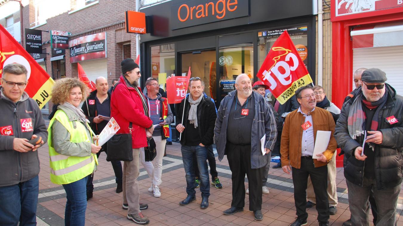 La CGT a profité du marché d'Hazebrouck lundi matin pour faire signer la pétition contre la fermeture d'Orange.