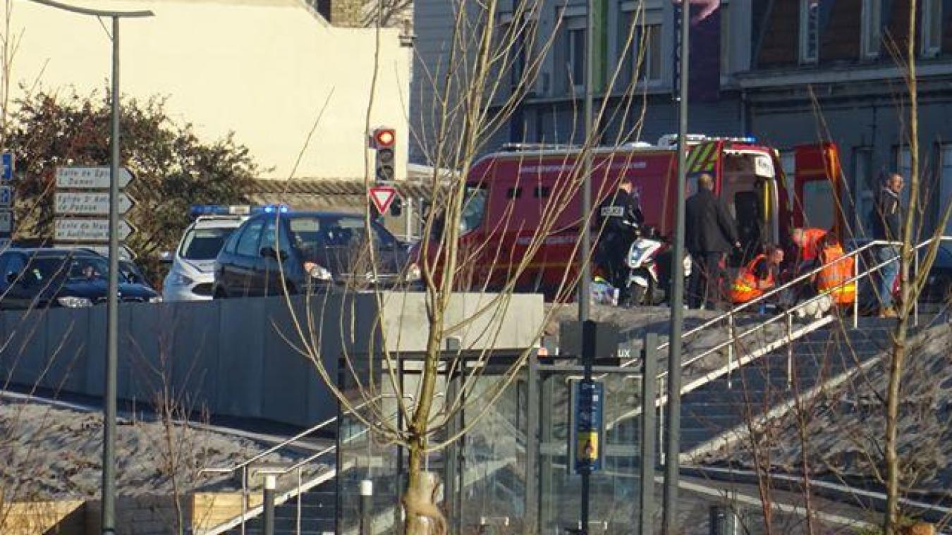 Les sapeurs-pompiers ont prodigué les premiers soins avant de transporter le conducteur du scooter au centre hospitalier de Dunkerque.