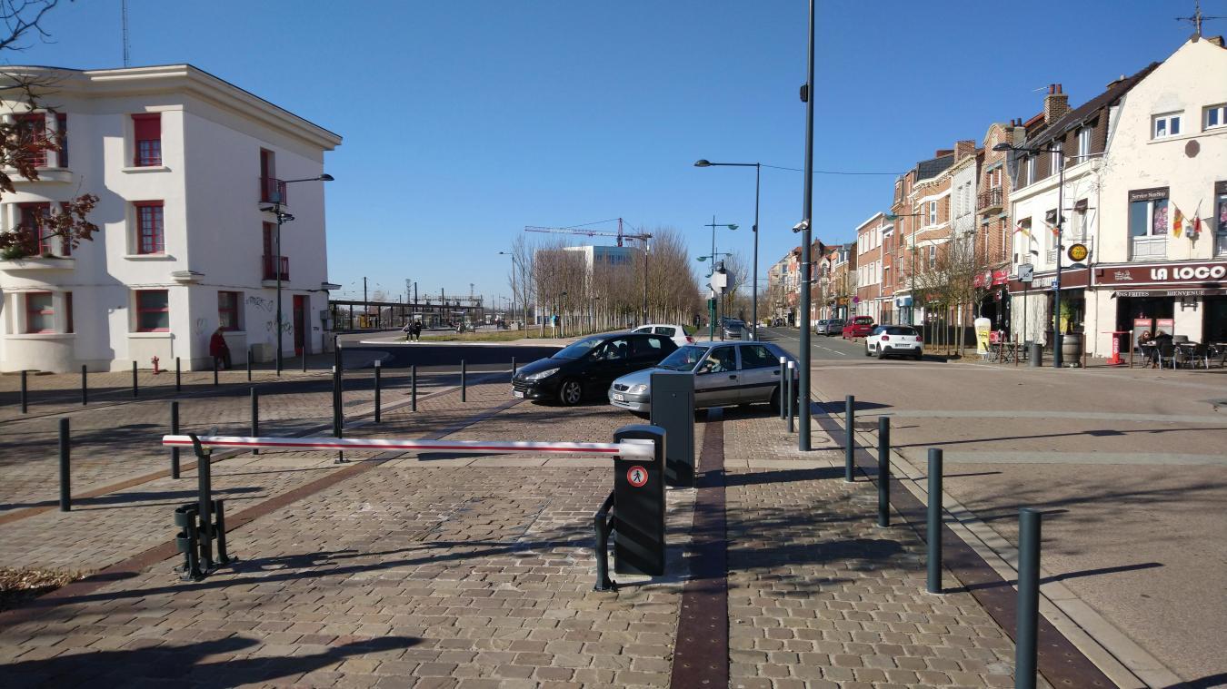 Certains automobilistes n'hésitent pas à se stationner devant les portes du parking.
