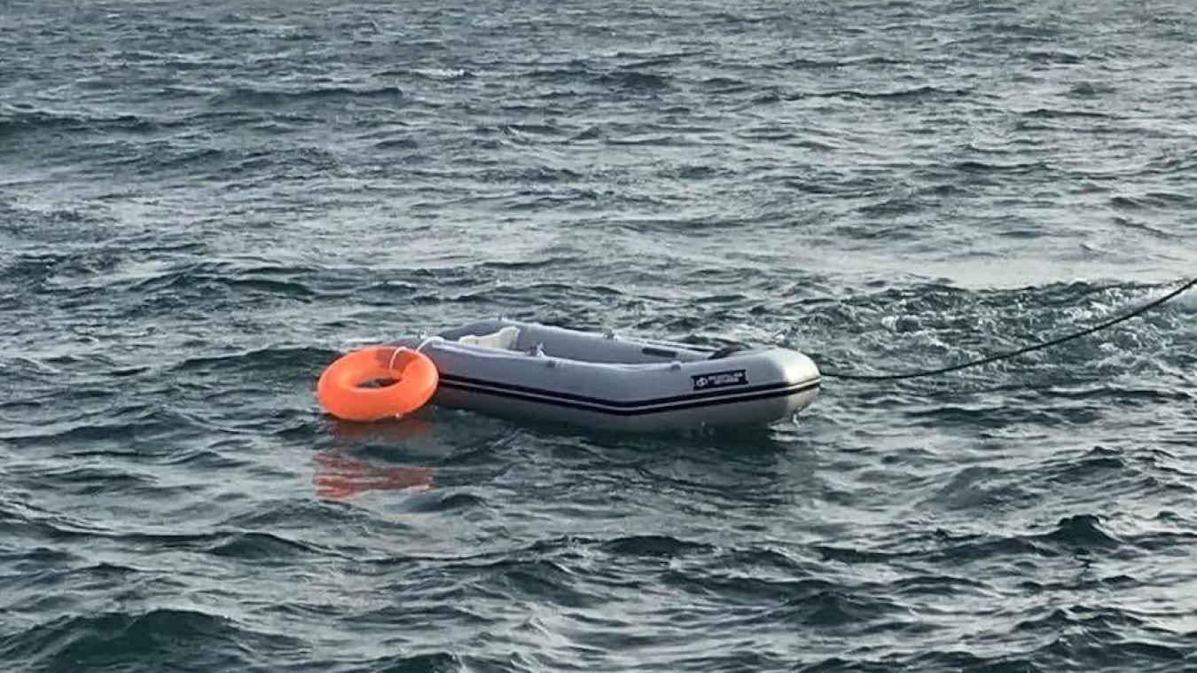 Le bateau pneumatique devait être tiré par une autre embarcation motorisée, avant d'être largué en pleine mer.