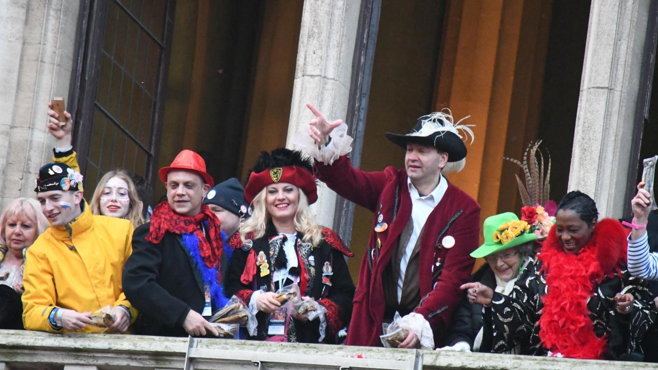 Patrice Vergriete, le maire de Dunkerque, commence le jet de harengs en lançant 20 frites. Et l'une d'elles est un sésame pour le balcon l'année suivante.