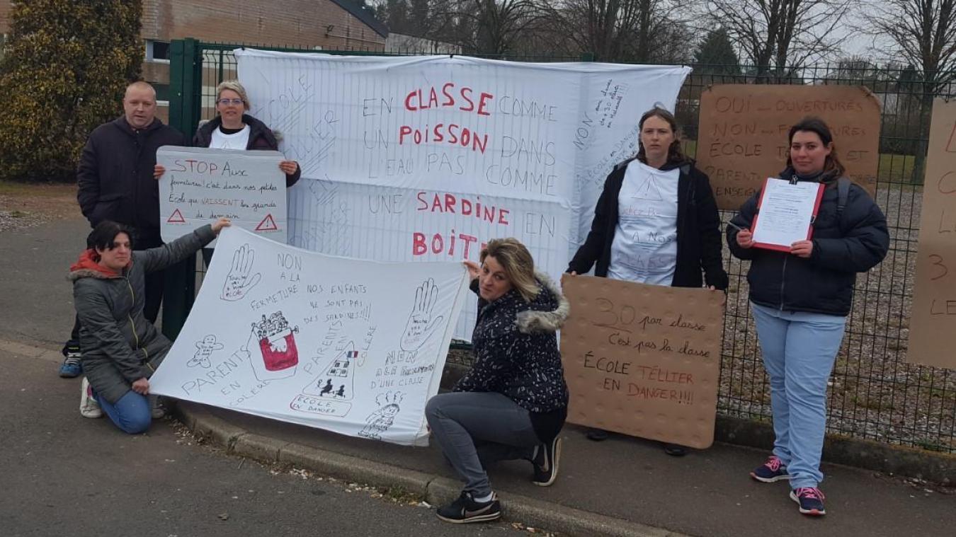 Les parents ont préparé des pancartes pour dénoncer le risque de classes surchargées à la rentrée prochaine.