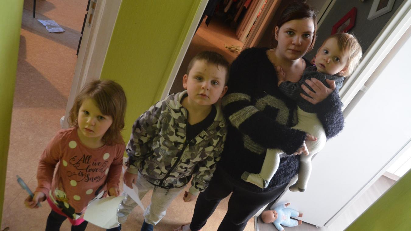 Mère de trois enfants, Jennifer estime que la température est insuffisante dans son logement social.