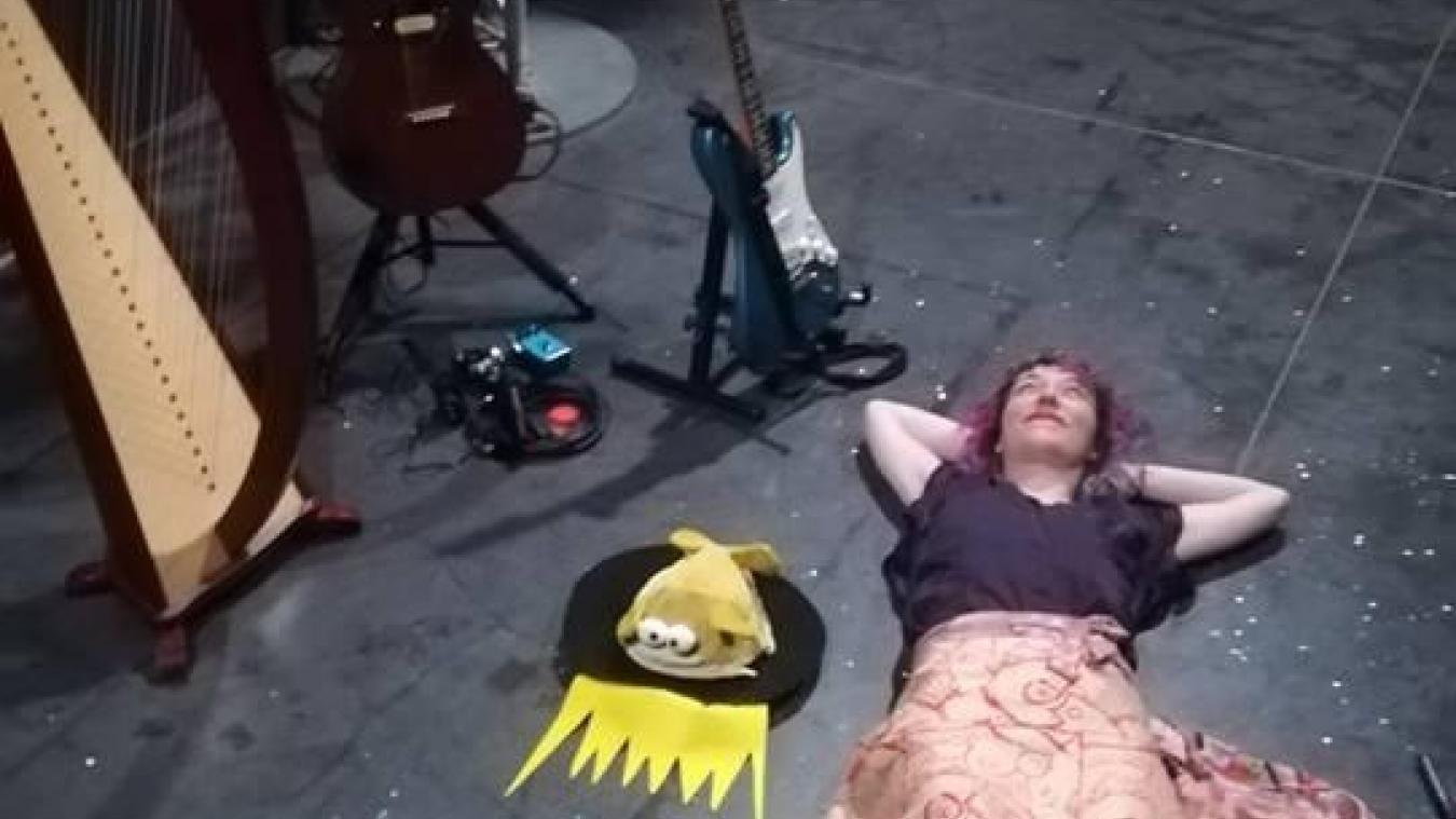 Une scène, une guitare, un petit personnage de BD, Camille Hardouin est dans son élément