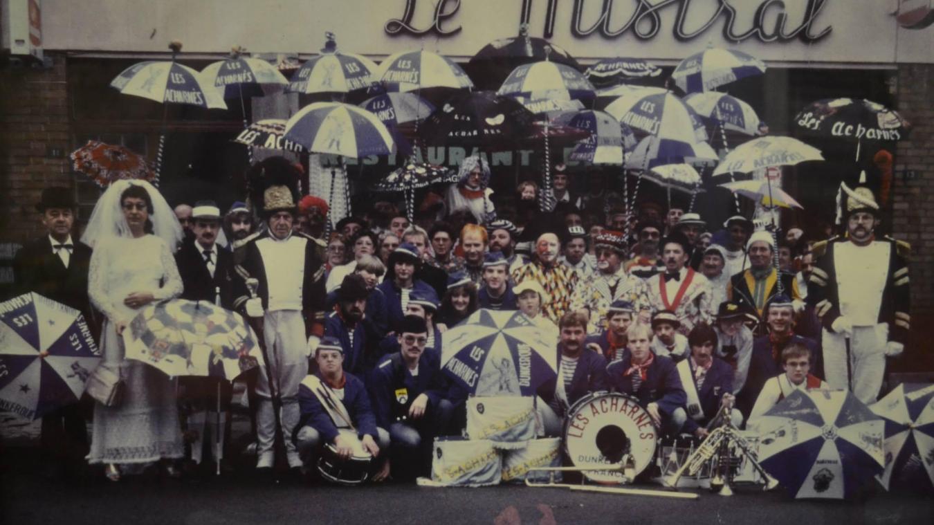 Les membres de l'association réunis devant le bar Le Mistral, lors du carnaval de Dunkerque de 1988. À gauche, Jean Minne, alias Cô-Pinard II.