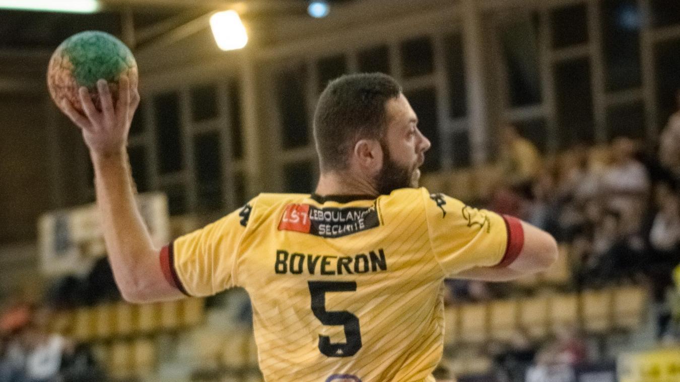 Romain Boveron, 22 ans, ailier, s'entraîne quatre fois par semaine au handball malgré des études d'ostéopathie.