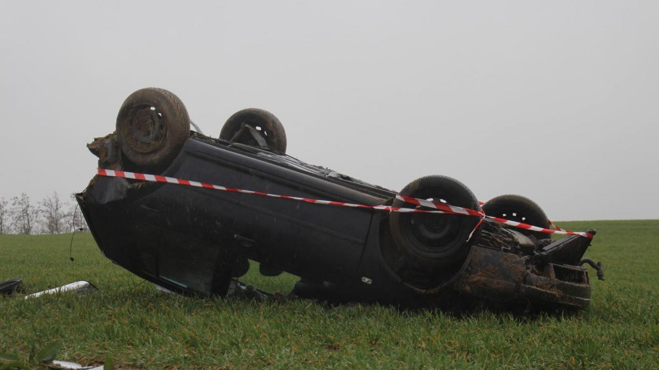 Un accident impressionnant qui s'est fini au milieu d'un champ, plusieurs dizaines de mètres après les premières traces de la sortie de route.