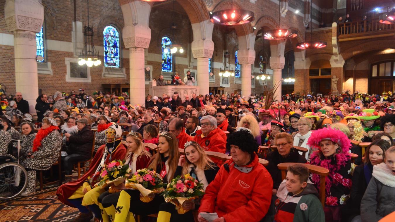 L'église Saint-Vaast est comble à chaque messe du carnaval. Mieux vaut arriver tôt pour trouver une place assise.