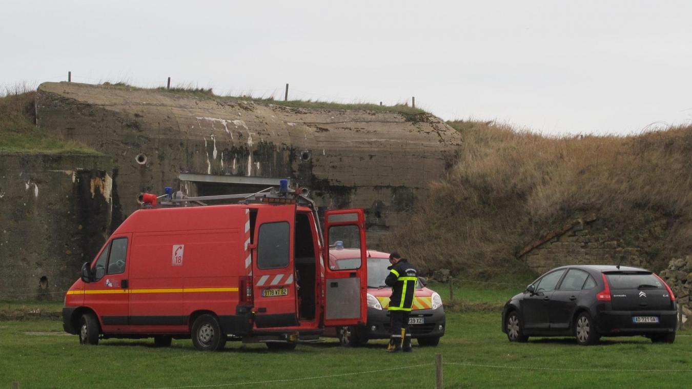 Le lendemain de la découverte des squelettes par l'association Fort de la Crèche, pompiers et policiers continuaient de repêcher des os dans le cloaque.