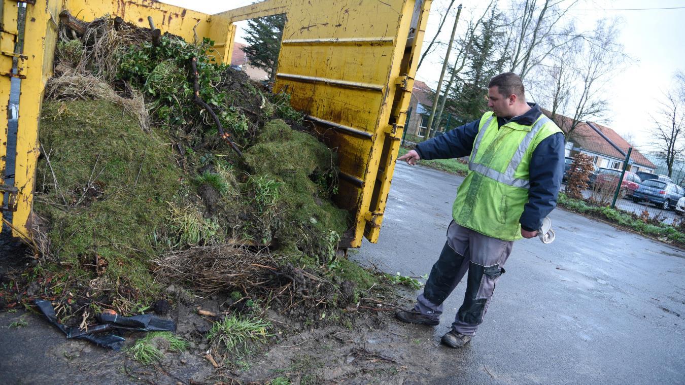 Jérémy Huvelle a encore constaté le problème en début de semaine : alors que la benne avait été vidée deux jours plus tôt, elle était déjà quasiment remplie. Avec des déchets à moitié sur le sol.