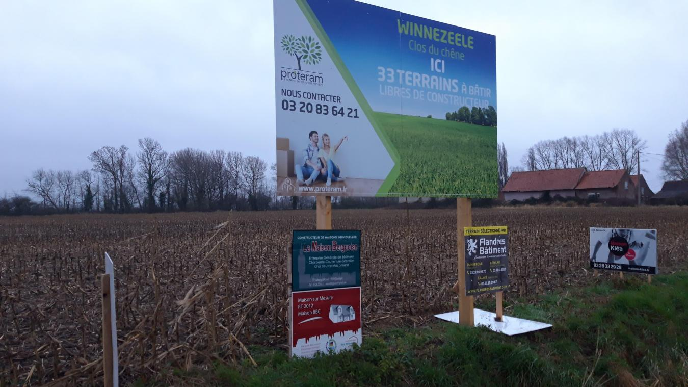 Un panneau route de Cassel indique la future présence d'un lotissement de 33 logements.
