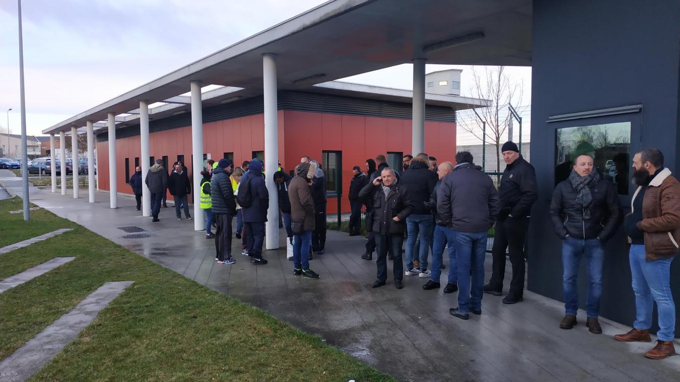 Les agents pénitentiaire de Vendin-le-Vieil bloquent l'accès à la prison.