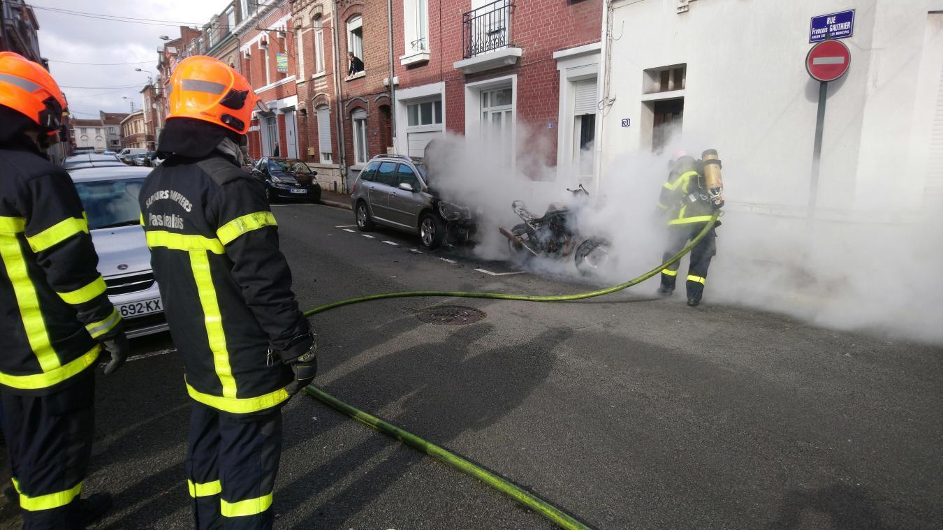 Lens: une moto et une voiture brûlent rue Gauthier