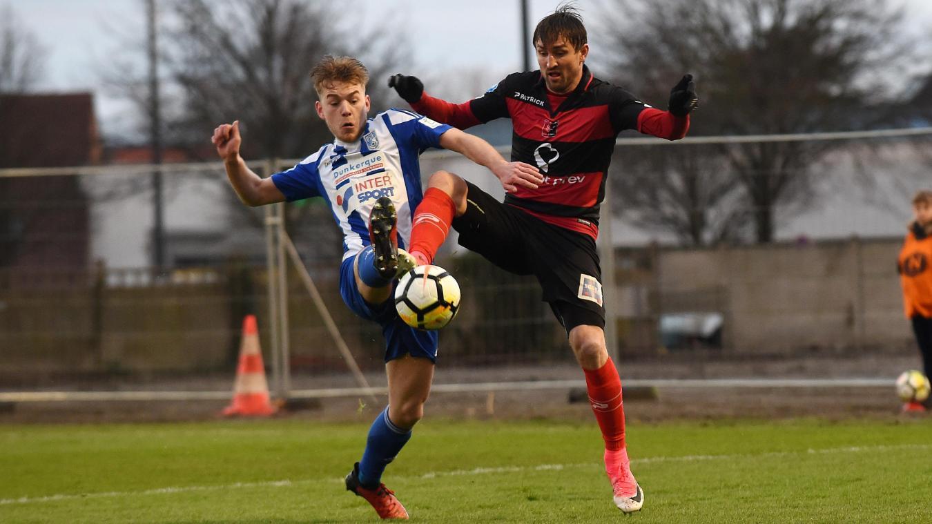 Nicolas Bruneel à la lutte avec le Boulonnais Grégory Thil, lors de la saison dernière à Tribut. Les deux équipes s'étaient quittées dos à dos ce soir-là (0-0).