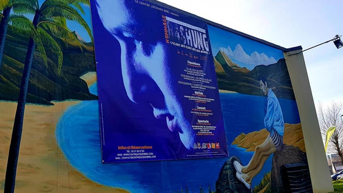 Sur les murs extérieurs du centre, l'événement s'affiche en grand.