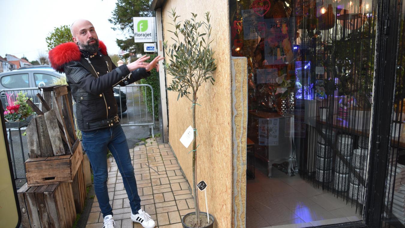 Des plaques en bois ont été installées dès le lundi midi pour sécuriser la vitrine.