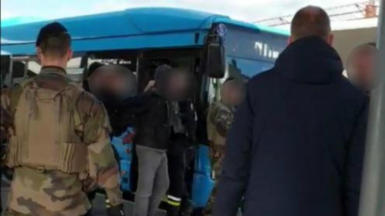 La scène de l'arrestation a été filmée par de nombreux témoins interloqués. (Capture d'écran Facebook)