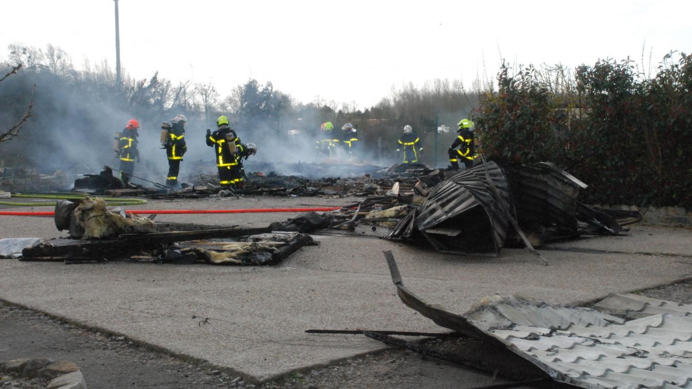 En peu de temps, le chalet a été entièrement détruit et les quatre occupants ont été relogés par leur famille.