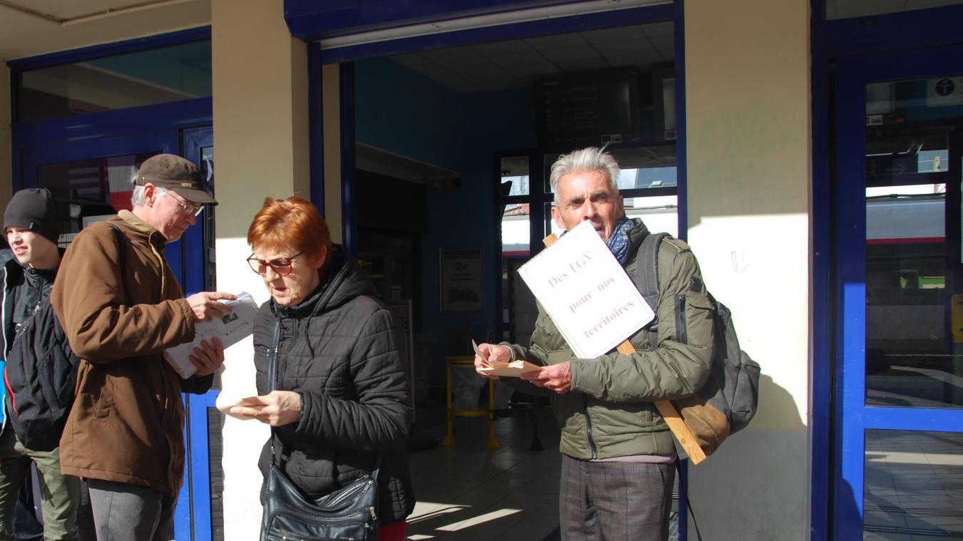 Les deux associations ont distribué des tracts aux usagers du TGV qui descendent à Hazebrouck.