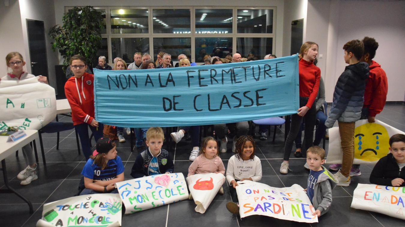 Parents d'élèves et enfants des Goélettes se sont mobilisés contre la fermeture d'une classe de CP, mercredi dernier lors du conseil municipal.