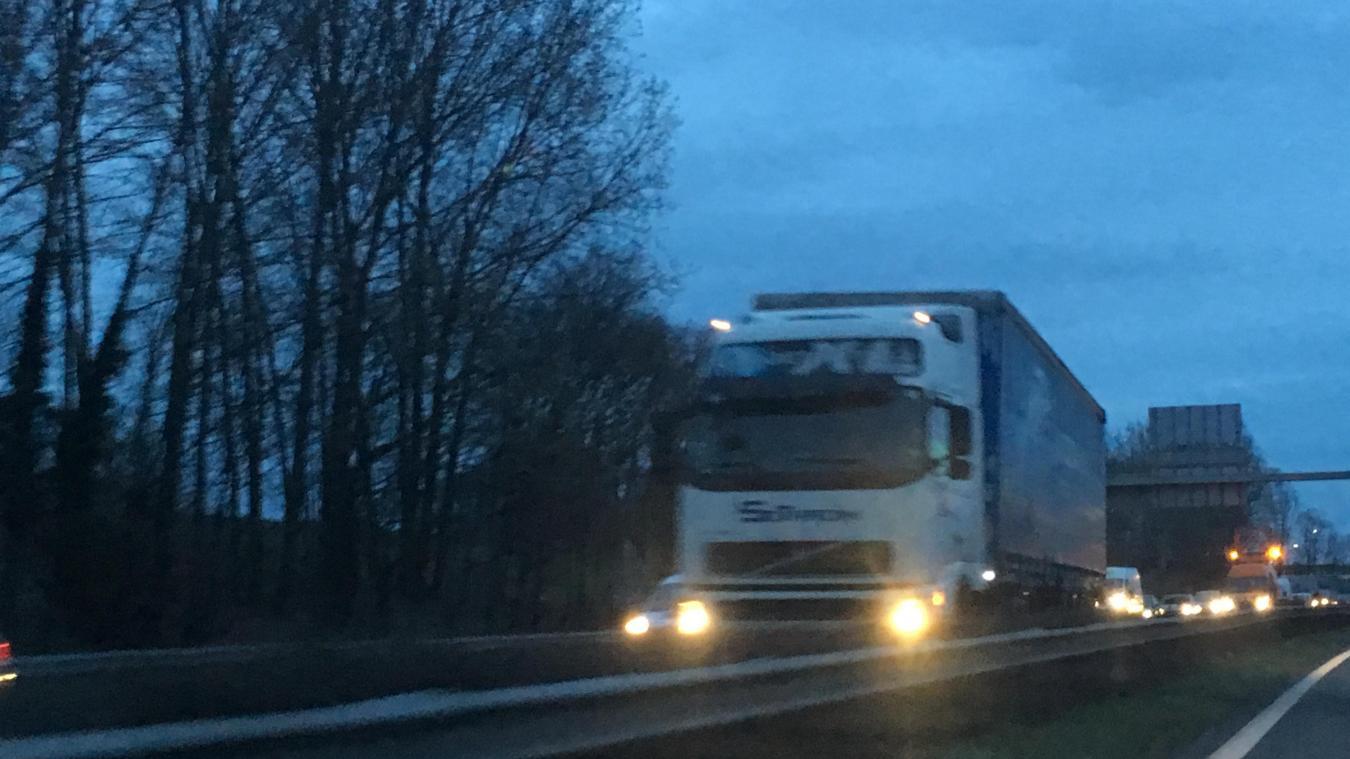 Un camion est coincé dans le sens Dunkerque - Calais, à hauteur de Grande-Synthe.