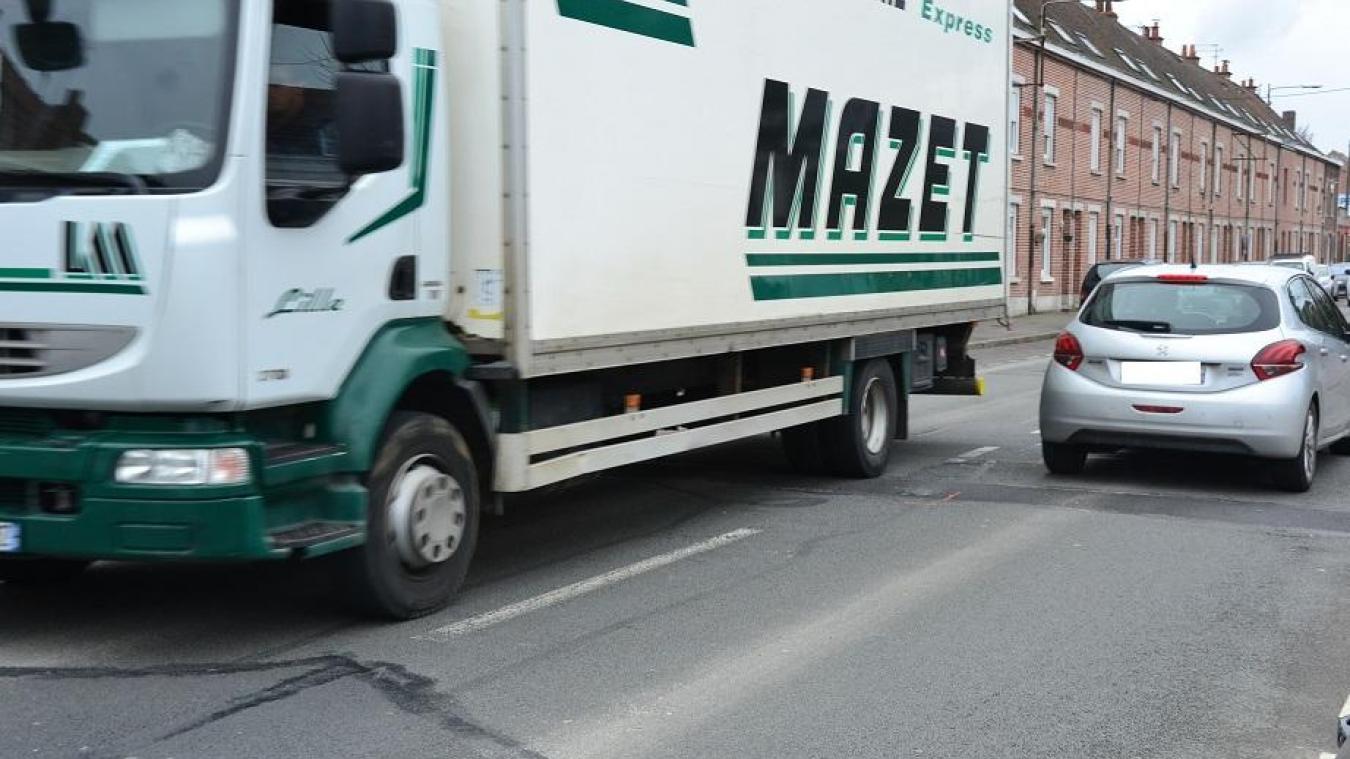 Le bruit des camions est accentué par une chaussée déformée.