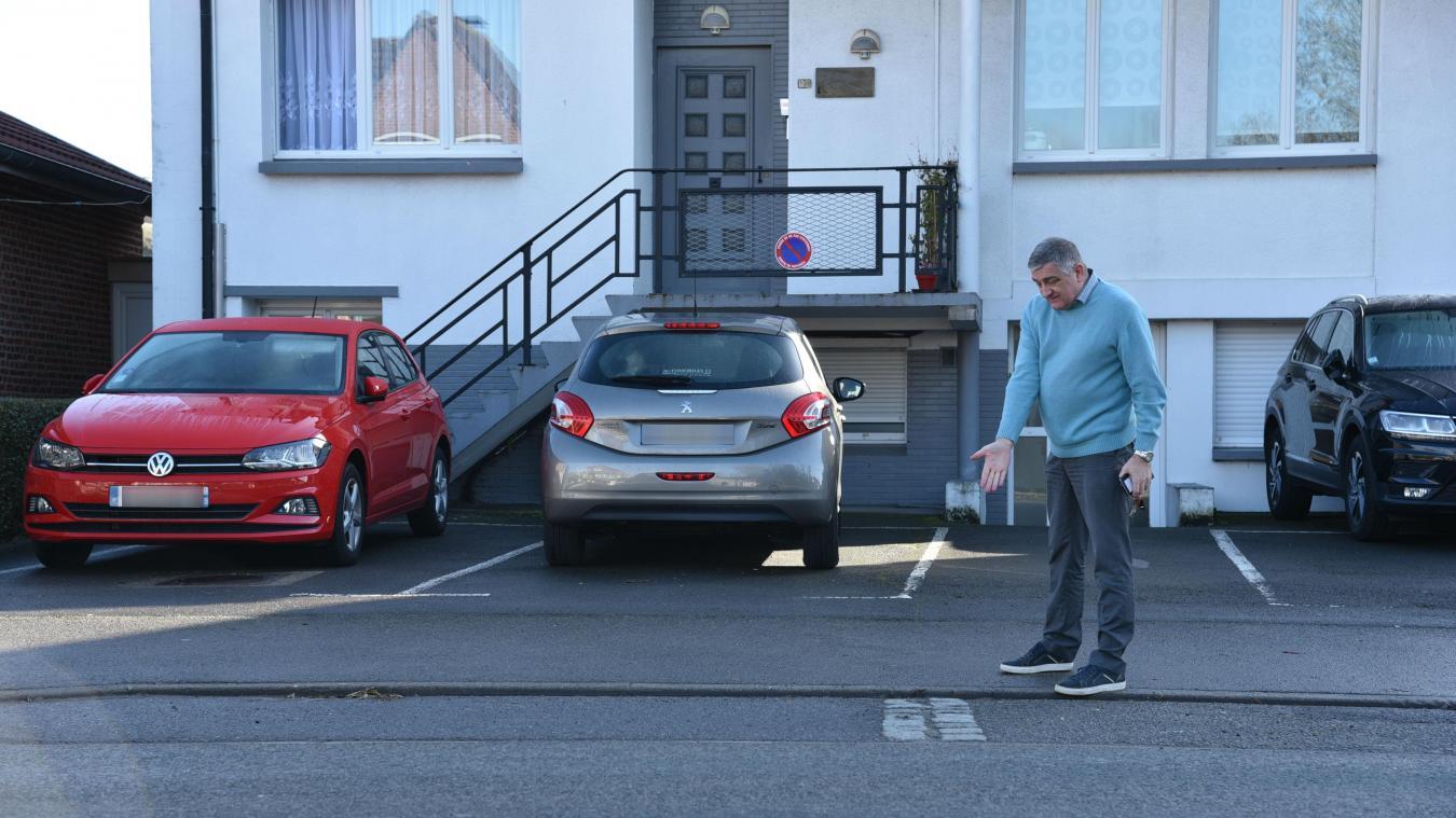 Philippe Bonne montre l'emplacement que certains automobilistes confondent avec des places de parking.