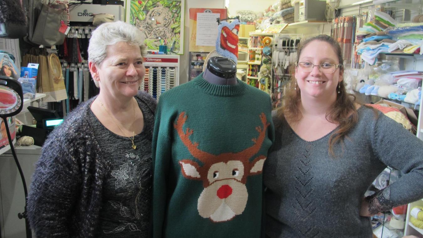 Brigitte et Laurie Bouin entourent un de leurs grand succès, le pull moche de Noël rendu célèbre par le film Briget Jones.