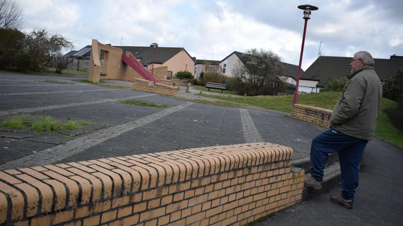 Gérard Devienne, élu de l'opposition mais surtout riverain de ce quartier du Moulin, verrait bien du stationnement à la place de ce square.