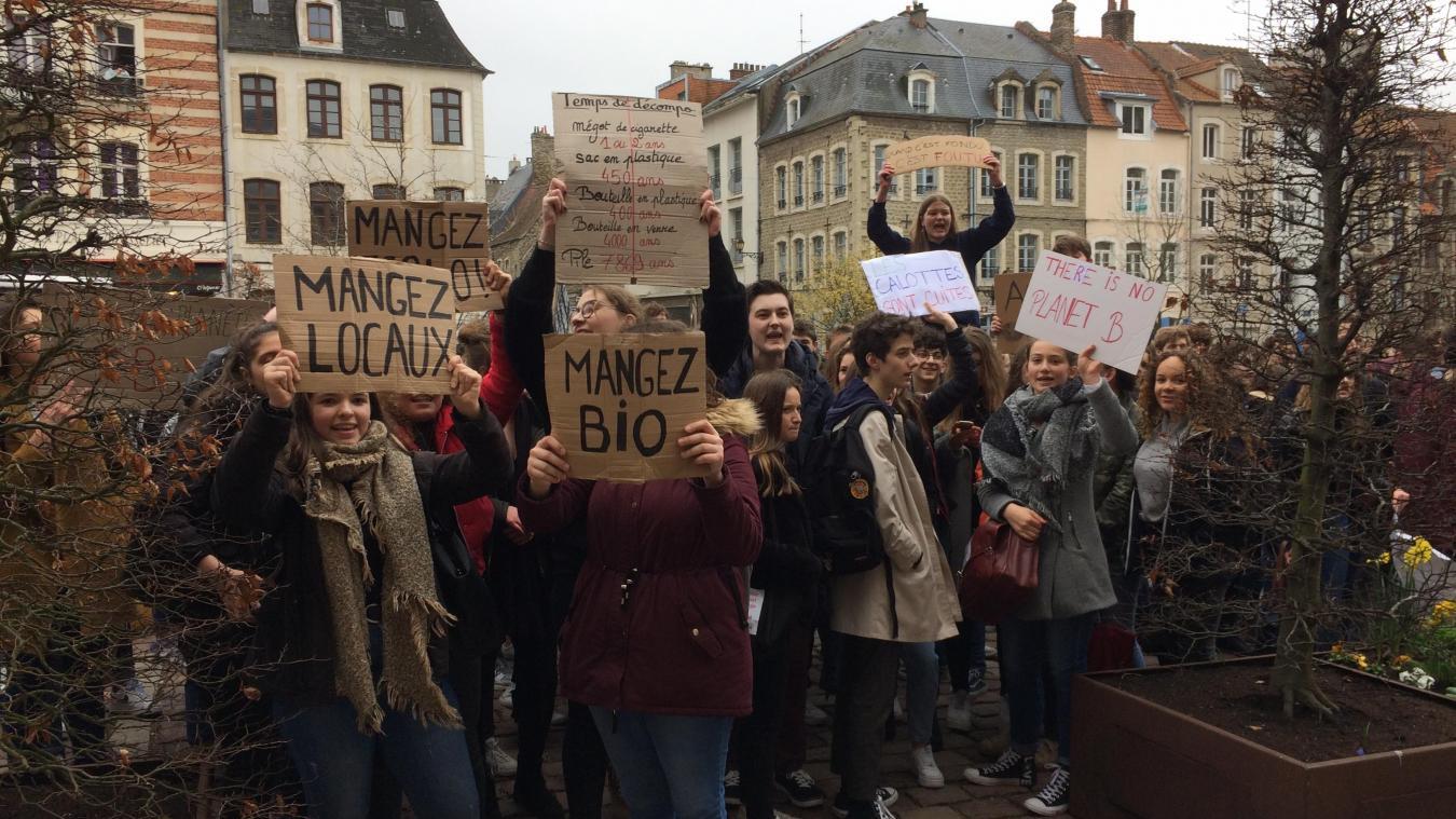 Boulogne-sur-Mer : 150 lycéens marchent dans les rues pour parler de leur planète (photos et vidéo)