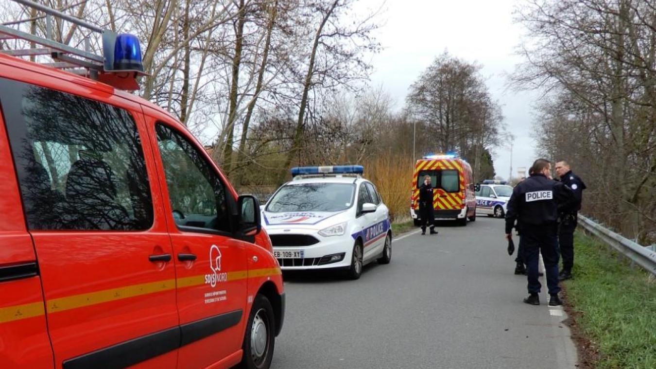 La police a quadrillé le périmètre pendant l'intervention des pompiers au niveau du pont de Leffrinckoucke.