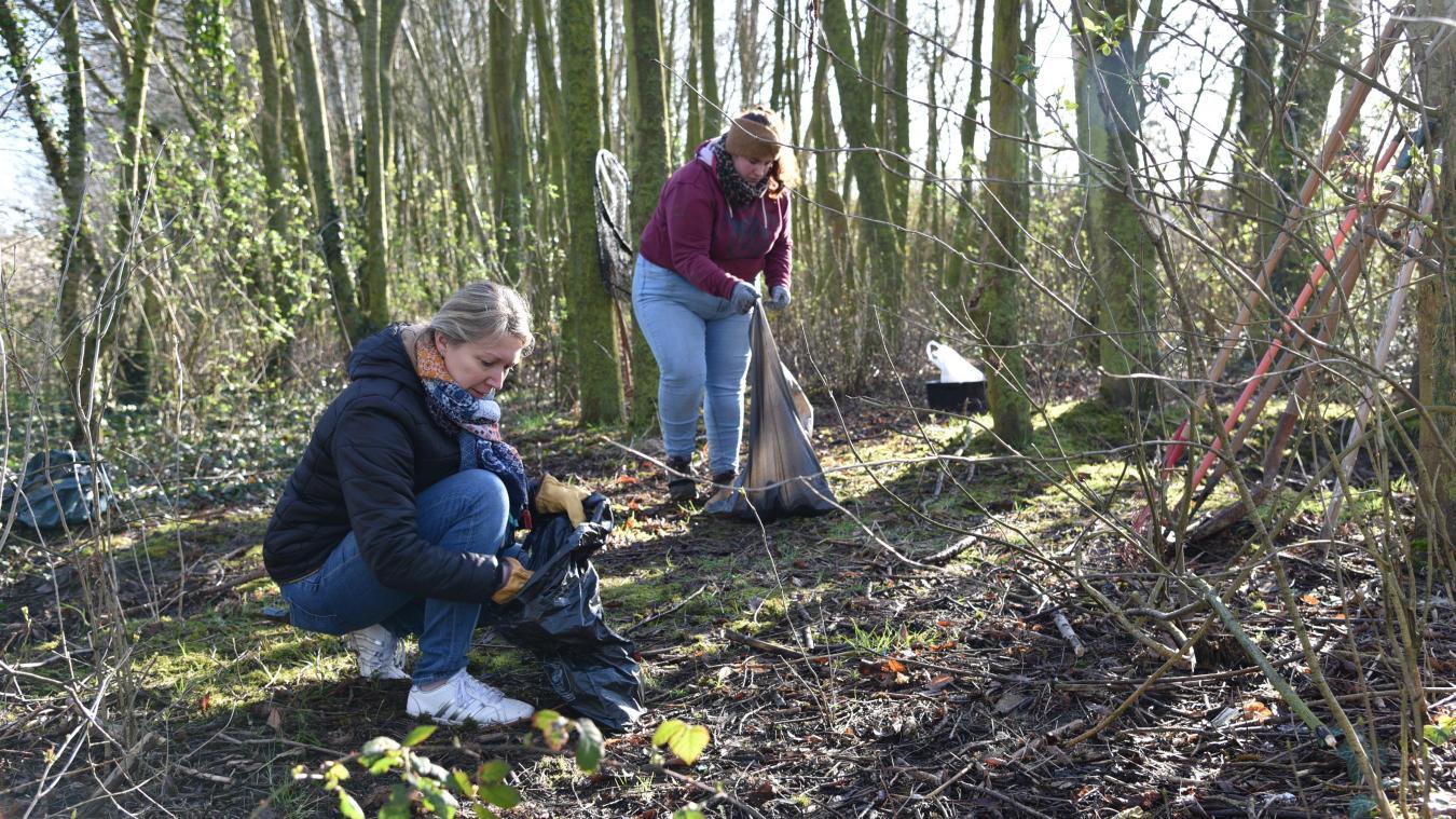 Une petite dizaine de bénévoles ont ramassé les déchets dans le terrain au bout de l'allée des Bleuets.