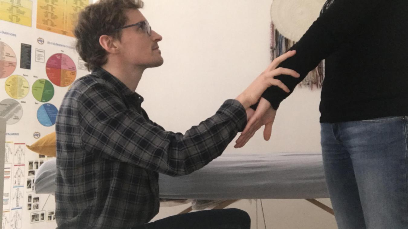 Arnaud Lobry fait un test musculaire sur une jeune patiente.