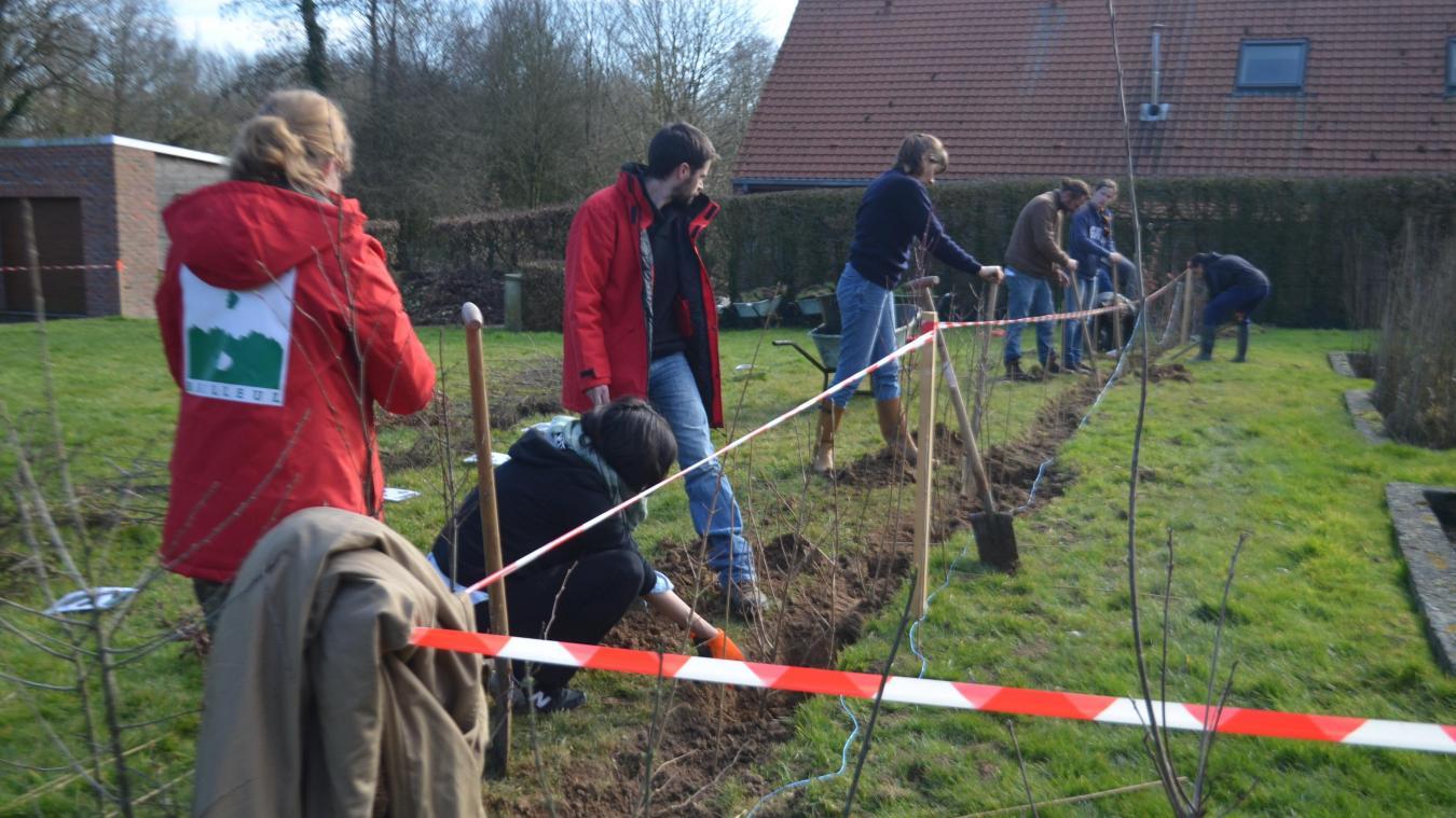 Jeudi 21 février les volontaires présents ont planté des haies pour délimiter l'espace du futur jardin.