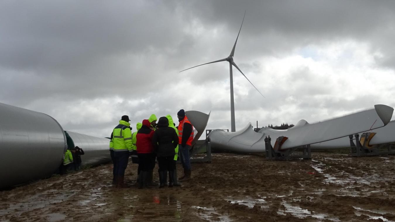 Elles vont faire 125 mètres de haut et produiront, chacune, 2,5 mégawatts. Les six futures éoliennes d'Audincthun sont en cours de levage. Elles devraient fonctionner d'ici l'été.