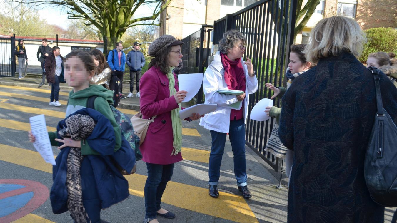 À la sortie des cours, les professeurs distribuent des tracts aux élèves pour les prévenir de l'opération collège mort mardi 19 mars au collège Maxime-Deyts de Bailleul.