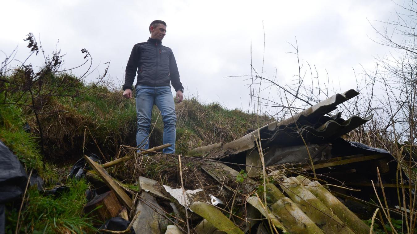 À certains endroits, la nature a repris le dessus et l'herbe repousse au-dessus des tas de déchets.