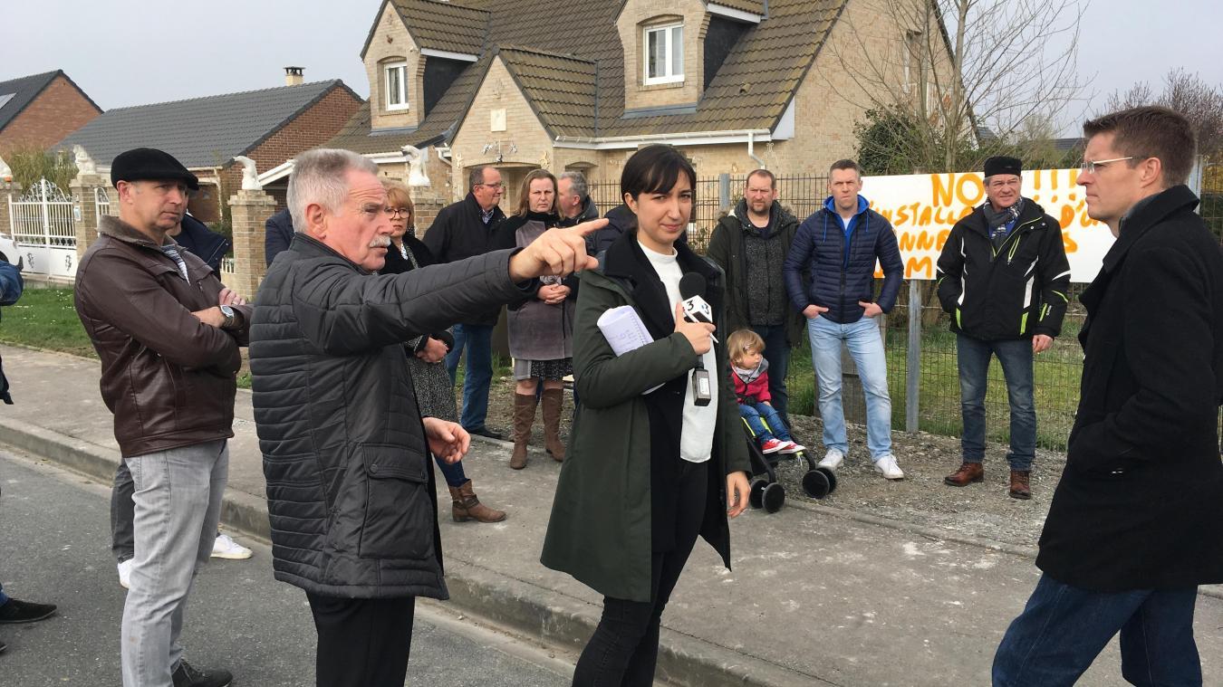 Alors que les habitants luttent contre l'implantation d'une antenne-relais de 12 mètres, les deux élus de Ghyvelde et des Moëres se renvoient la responsabilité.