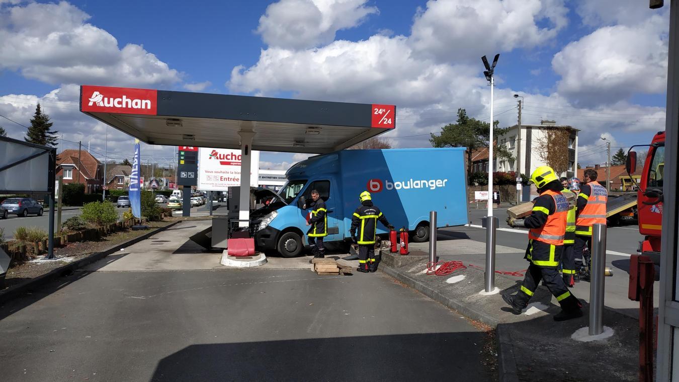 Lens Un Camion Entre En Collision Avec La Station Service