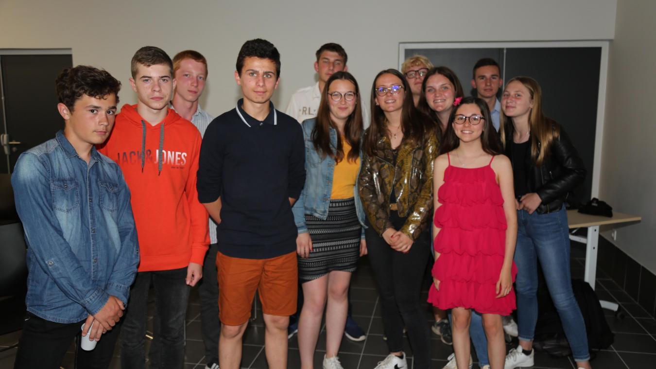 La quasi totalité des 16 collégiens ayant participé, dans le cadre d'un voyage scolaire en Espagne, au concours Jeunes reporters européens.